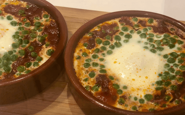 Huevos al Plato Con Chorizo y Guisantes